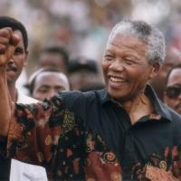 """Morto Mandela, Napolitano: """"Speranza di un mondo nuovo"""". Polemica su una frase di Berlusconi"""