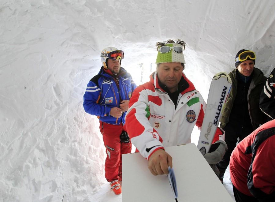 Primarie Pd, gli sciatori votano nel seggio igloo sul Presena