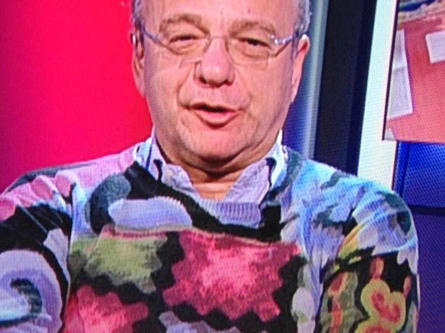 Rotondi come Formigoni, maglione multicolor fa impazzire Twitter