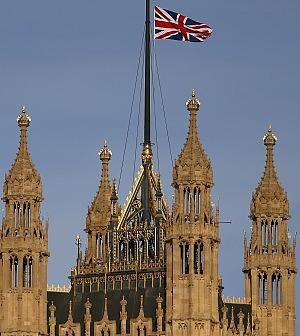 I deputati inglesi si alzano lo stipendio: il salario è triplo della media nazionale
