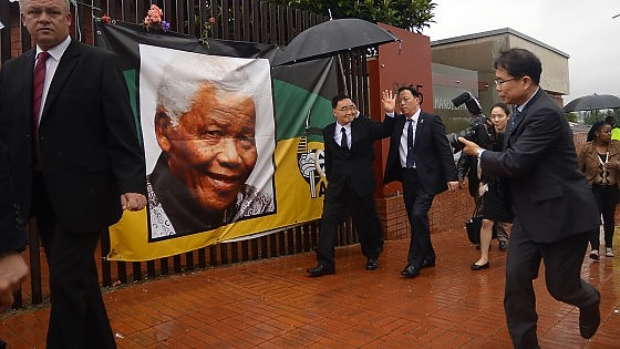 I Grandi del mondo per Mandela: stretta di mano tra Obama e Castro