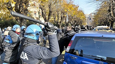 "Roma, incidenti all'Universit�   video   bombe carta prima delle cariche   foto     Rep Tv  ""Prendiamone qualcuno"""