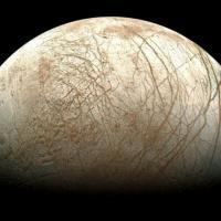 Geyser di vapore su Europa, sotto superficie gelata potrebbe esserci acqua