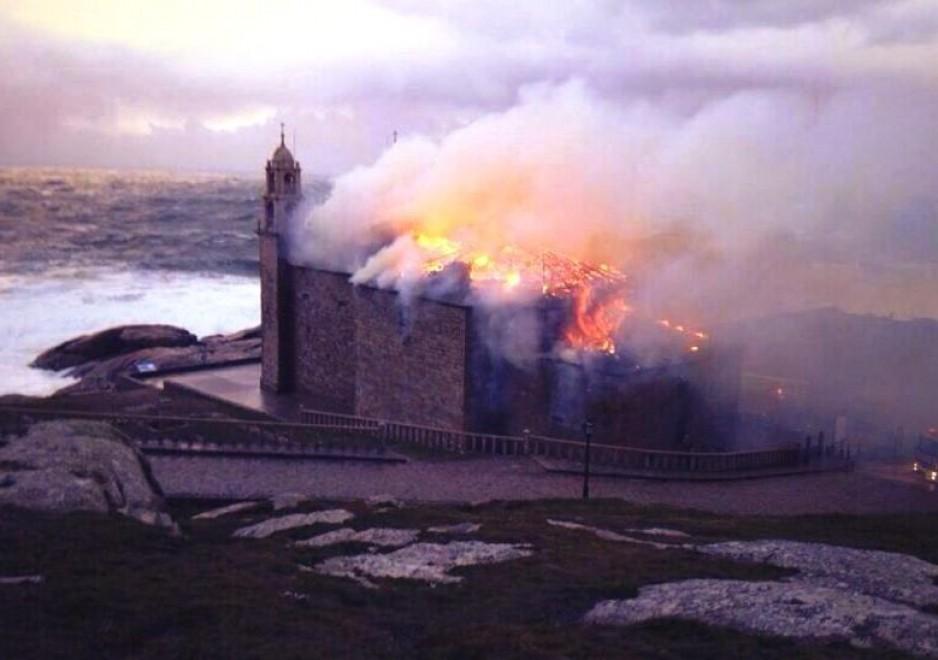 Spagna, fulmine sul santuario di Muxia: in fiamme la tappa del cammino di Santiago
