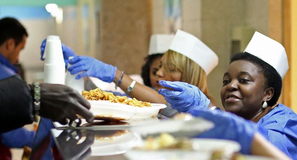 Kyenge e figlie servono il pranzo alla mensa profughi