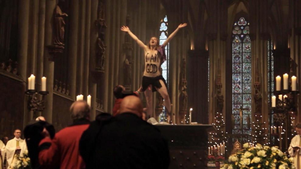 Io sono Dio: Femen interrompe la messa nel Duomo di Colonia