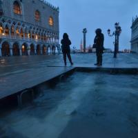 Allarme maltempo, risveglio con l'acqua alta a Venezia