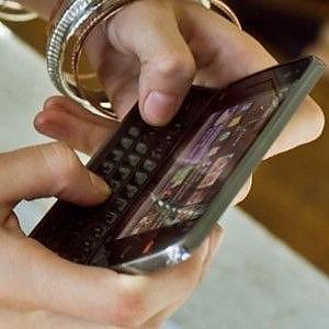 Gli italiani al telefono secondo l'Agcom: linee fisse e sms crollano, boom del traffico dati