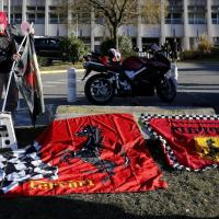 Schumacher in coma: l'attesa di tifosi e reporter davanti all'ospedale