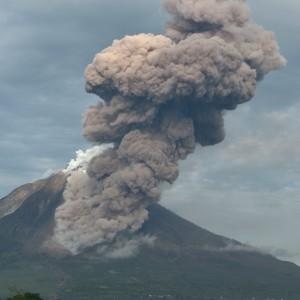 """<span lang=""""it"""" id=""""result_box""""><span title=""""SINABUNG (Indonésie), 31 déc 2013 (AFP) - Un volcan dans l'ouest de l'Indonésie en éruption depuis plusieurs mois a explosé à neuf reprises dans la nuit de lundi à mardi, projetant des gerbes de lave et obligeant des milliers d"""">Indonesia, vulcano in eruzione<br />evacuate oltre 19 mila persone<br /></span></span>"""