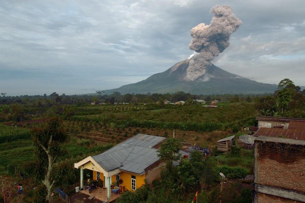 L'eruzione del vulcano Sinabung, in Indonesia