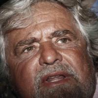 """Grillo in contemporanea con Napolitano: """"E' lui che si sovrappone alla voce popolare. Si dimetta"""""""