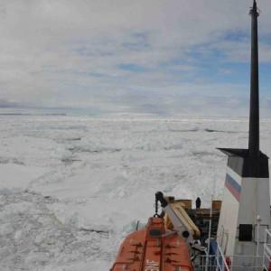 Speranze per la nave russa intrappolata in Antartide: il ghiaccio inizia a rompersi