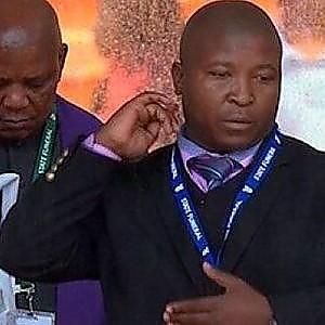 """Grillo: """"L'uomo dell'anno? Interprete funerali Mandela"""". Ma gli utenti non apprezzano"""