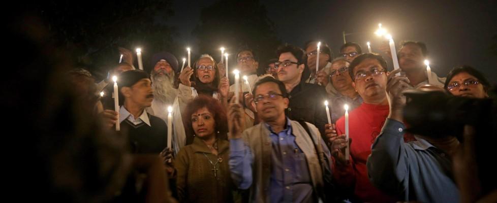 "India, i media: ""Aveva 12 anni la ragazzina stuprata e bruciata dal branco"""