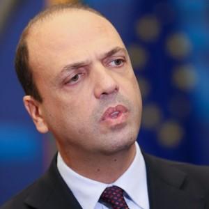 """Unioni civili, Alfano gela Renzi: """"Prima pensare a famiglia"""""""