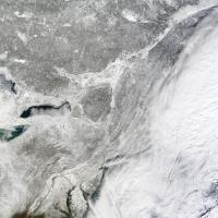 Usa: il vento soffia via le nubi, la costa ricoperta di neve