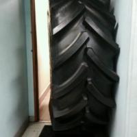 Francia, dirigenti bloccati in ufficio da uno pneumatico gigante dagli operai