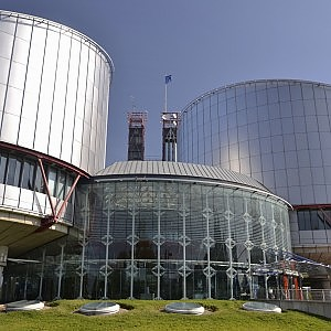 Famiglia, Strasburgo condanna l'Italia: il cognome della madre ai propri figli è un diritto