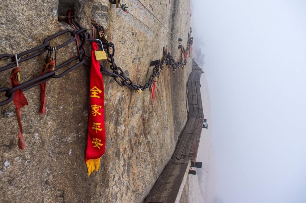 Cina, sul monte Huashan: la scalata più pericolosa del mondo
