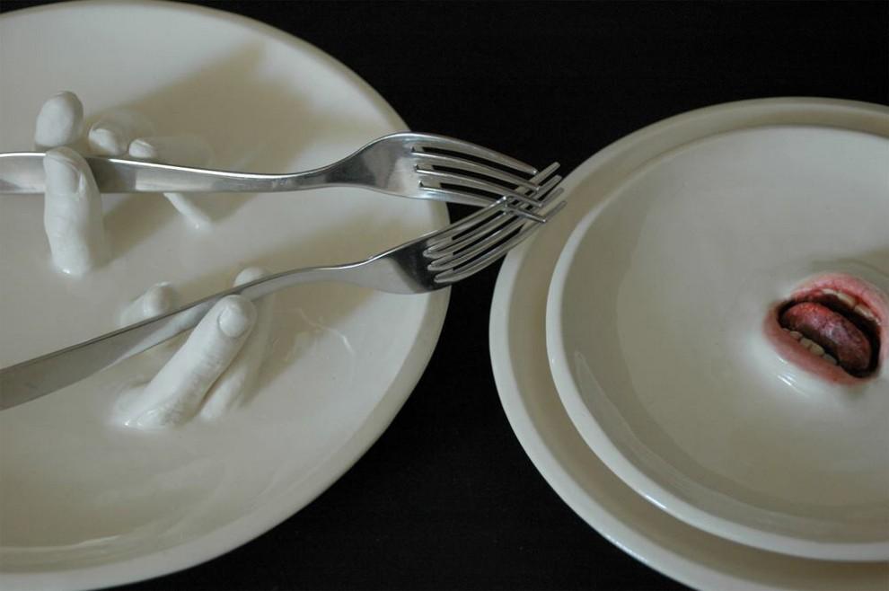 La bocca è nel piatto: le porcellane surreali di Ronit Baranga
