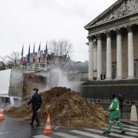 Francia, tonnellate di letame davanti al Parlamento