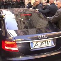 Incontro con Renzi, lancio di uova contro Berlusconi