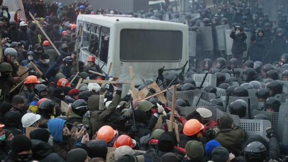 Ucraina, scontri a Kiev tra manifestanti e polizia. Nasce una commissione per cercare un accordo