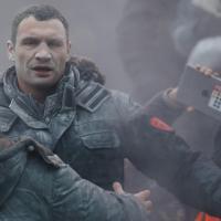 Kiev, Klitschko cerca di calmare la folla: il pugile aggredito