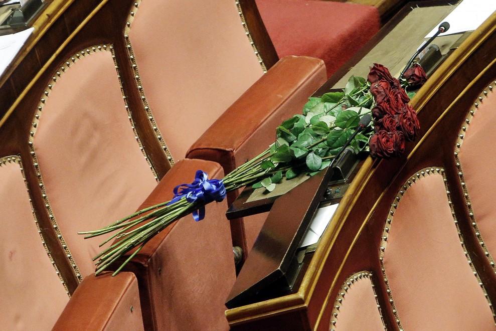 Abbado, un mazzo di rose rosse sul banco vuoto in Senato