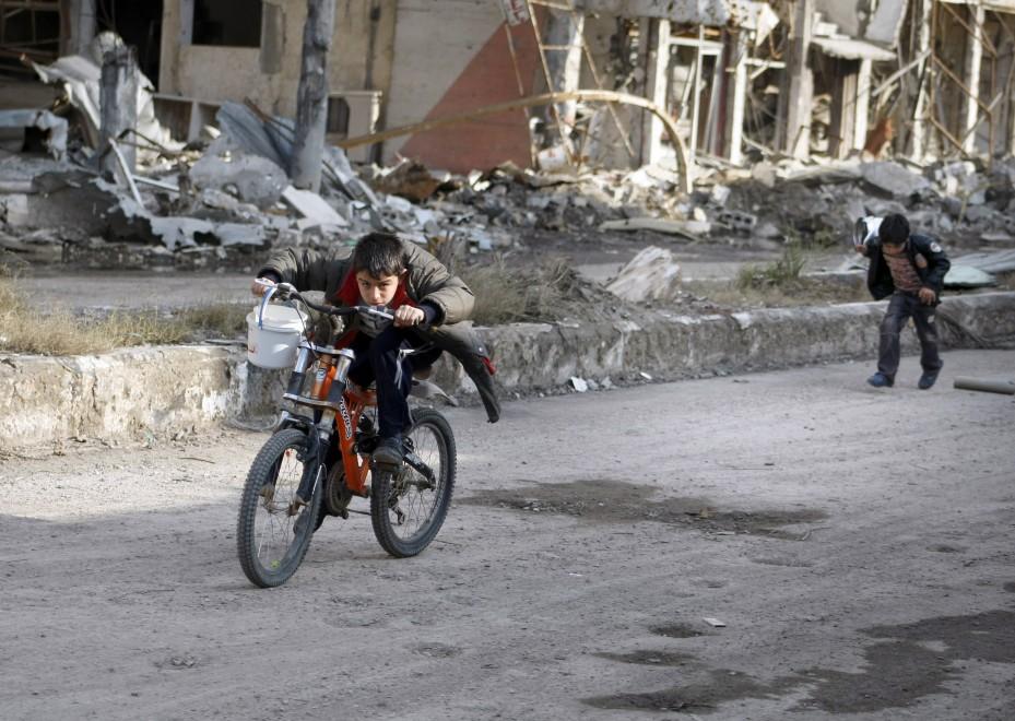 Siria, la fuga in bici per portare viveri alla famiglia