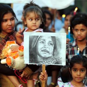 India: violentata per punizione, lo stupro di gruppo su un palcoscenico di fronte al villaggio