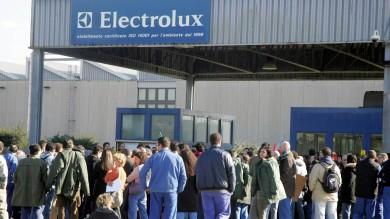 """Electrolux, un 'piano Polonia' per l'Italia """"I salari degli operai da 1400 a 800 euro"""""""