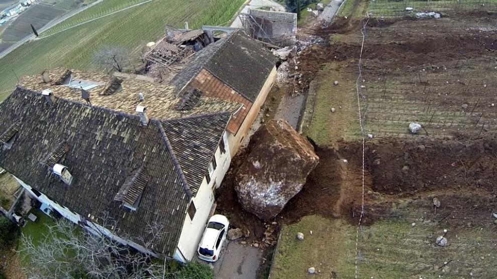 Bolzano, masso di 400 metri cubi frana a pochi centimetri da una casa