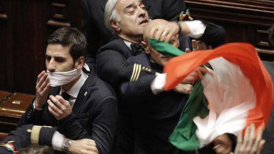 Imu-Bankitalia, 'ghigliottina' della Boldrini contro l'ostruzionismo 5s: decreto è legge ma caos in aula