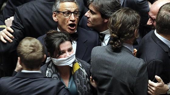 Imu-Bankitalia, voto lampo con 'ghigliottina'. Ira M5s che scatena il caos in aula