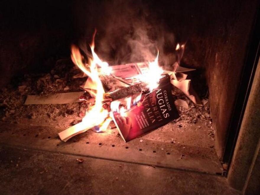 Augias, dopo gli attacchi di Grillo al rogo il suo libro