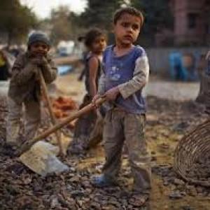 India, bambini che rischiano i morsi dei serpenti estraendo il minerale per rossetti, smalti e dentifrici