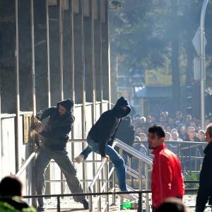 Bosnia, scontri e feriti. In fiamme il palazzo della presidenza a Sarajevo