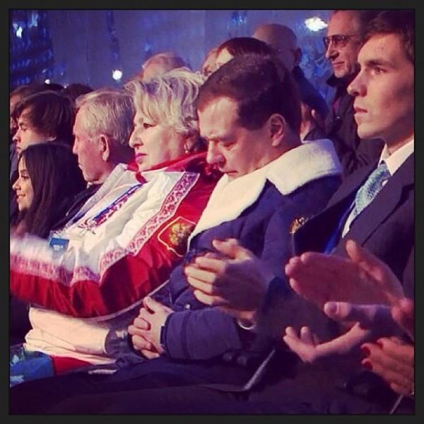 Sochi 2014, Medvedev crolla: pisolino durante la cerimonia
