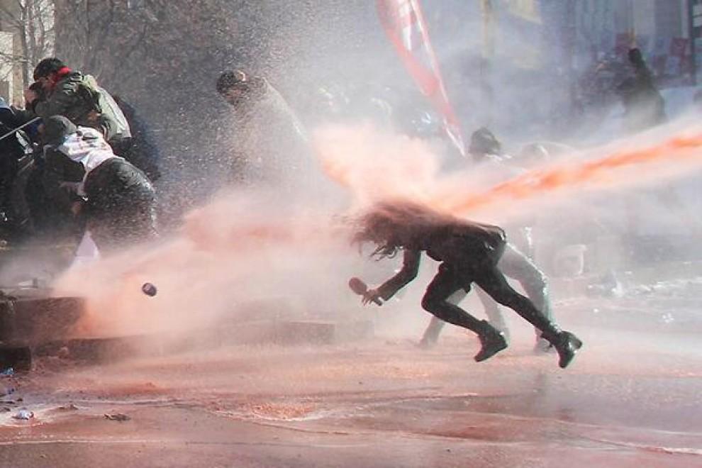 """Turchia, la giornalista """"spazzata"""" via dagli idranti"""