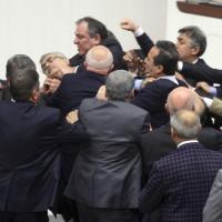 Turchia, rissa in parlamento per l'approvazione della riforma della giustizia
