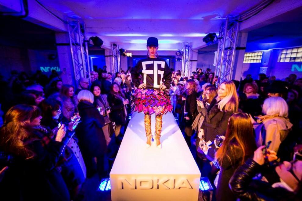 Londra, 35 smartphone da indossare: la gonna si accende