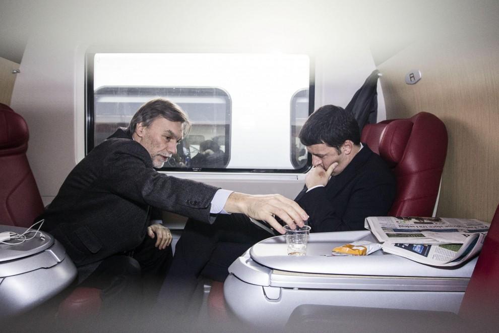 Sms e pensieri: Renzi no stop anche in treno