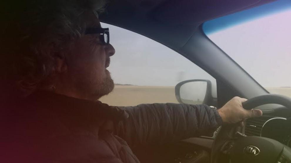 """Grillo, il selfie in auto: """"Sto andando a Roma a incontrare Renzie"""""""