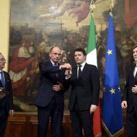La cerimonia della campanella: gelo tra Letta e Renzi