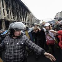 Ucraina, manifestanti in branco contro un sospetto cecchino