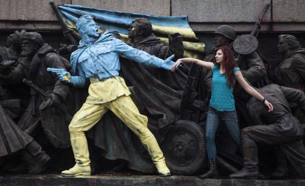 Sofia, monumento sovietico con i colori di Kiev