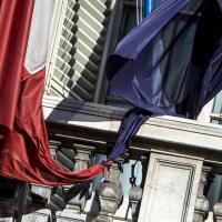 Senato, un nodo lega la bandiera italiana a quella europea