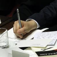 Appunti, messaggi e Murakami: Renzi prima del voto di fiducia